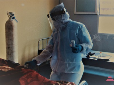 infermieri con protezione individuali anti Covid-19