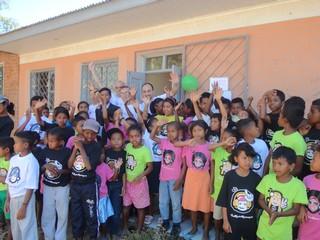 Medici,volontari cin gruppo di bambini