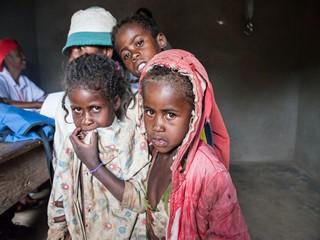 bimbi in attesa di visita medica